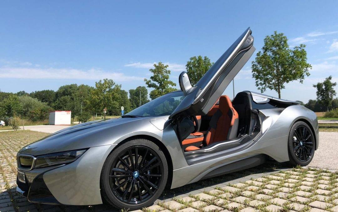 BMW i8 Roadster auf sommerlicher Ausfahrt