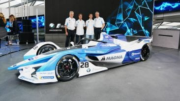 Teamleitung und Fahrer mit BMW IFE18 für die Formell E