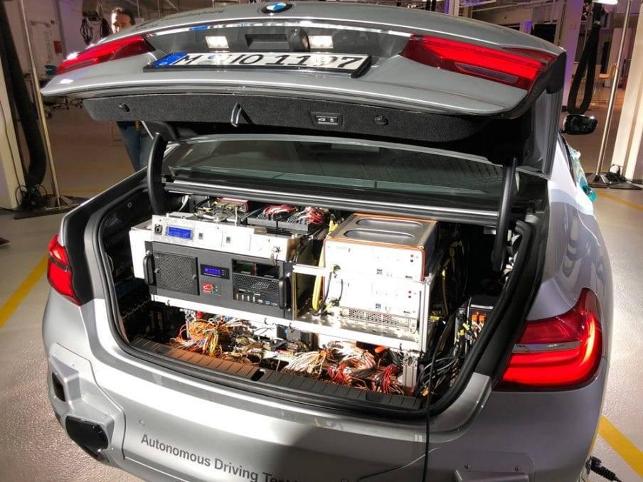 Datenverarbeitung im Kofferaum eines 7er BMW